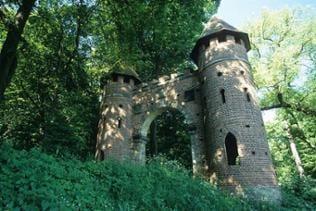 Erdmannsdorff entwarf die Wachhäuser, die in regelmäßigen Abständen an den Elbdeichen stehen.