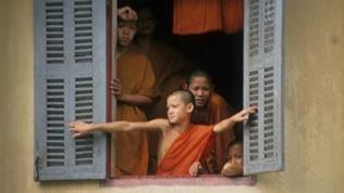 Ein Junge in traditioneller Mönchsbekleidung