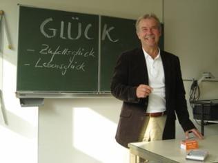 """Ernst Fritz-Schubert beim """"Glücks-Unterricht"""""""