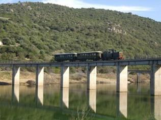 Trenino verde auf seiner Fahrt entlang des Lago del Liscia in der Gallura