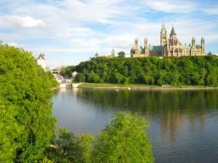 Auf dem rechten Hügel das kanadische Parlament.