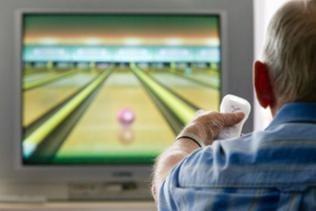 Ein älterer Herr sitzt vor einer Nintendo Wii