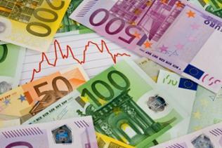 Montage: Bär und Bulle mit Goldbarren stehen auf Euroscheinen