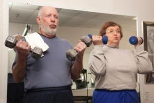 Älteres Paar beim Hanteln heben