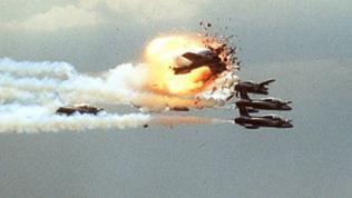 In der Luft explodierendes Flugzeug bei einer Flugschau 1988 in Ramstein
