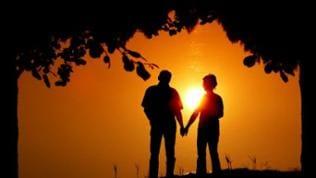 Liebespaar im Schatten vor Sonnenuntergang