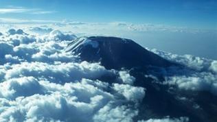 Der Kibo aus der Ebene ist ein seltener Anblick. Meist ist der weiße Gipfel wolkenverhangen. Um ihn zu sehen, muss man sich schon in die Luft begeben - oder den mühsamen Aufstieg wagen.
