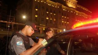 Leutnant Rafael am Polizeiauto mit Kollege