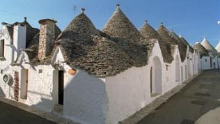 Weich gerundet oder steil ansteigend - Schuppenartig bedecken Bruchsteinplatten die Kuppeln, Chiancarelle nennt man den Stein.