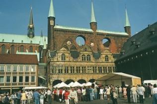Teilansicht Lübecker Rathaus mit Vorbau im Renaissancestil