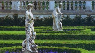 2 Figuren in Barockgarten
