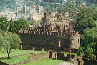 Die Mauern sind aus Quadersteinen aufgeführt, und werden von dergleichen Türmen bestrichen, auf derer jedem ein steinernes Kreuz pranget.