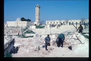Blick auf die große Moschee, im Vordergrund Ausgrabungsarbeiten