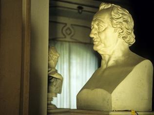 Ihre große Bedeutung verdankt die Bibliothek Goethe. Er hat viele tausend Bücher anschaffen lassen.