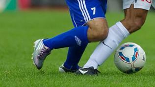 Fußballerbeine kämpfen um Ball