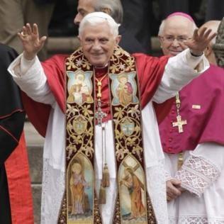 Papst Benedikt hebt die Arme zum Segen