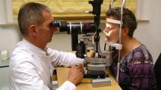 Prof. Dr. Knorz an der Spaltlampe.