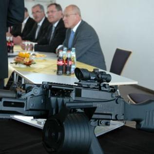 Gewehr auf einem Tisch