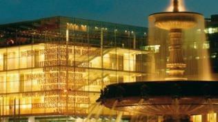 Stuttgarter Kunstmuseum bei Nacht