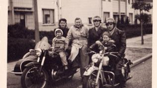 Familie Paumen mit Motorrad und Beiwagen