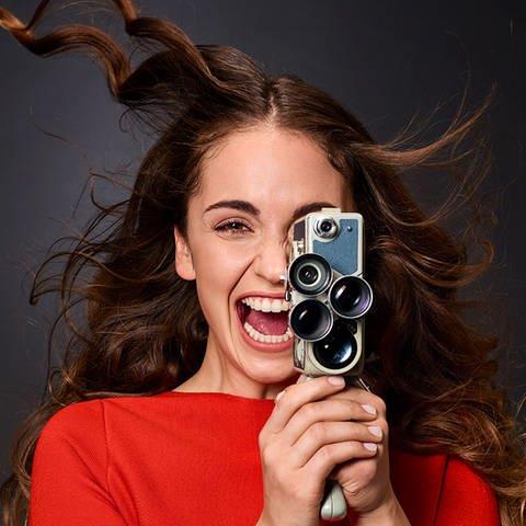 Frau mit Kamera in der Hand (Foto: SWR, Uwe Ditz)