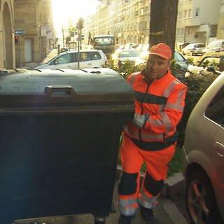 zwei Müllmänner bei der Arbeit (Foto: SWR)