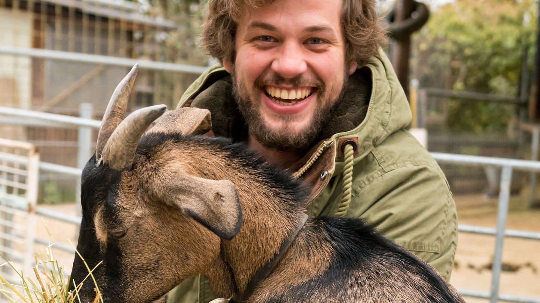 Robert verschenkt Ziegen in Uganda (Foto: SWR)