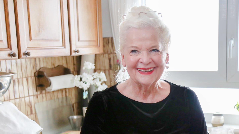 Seniorin Margot mit roten Lippenstift: Auch im Alter achtet sie auf ihr Erscheinungsbild. (Foto: SWR)