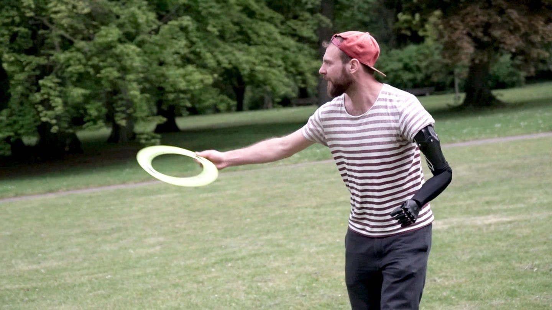 Tim kann trotz Amputation mit seinem Robotik-Arm auch Frisbee spielen (Foto: SWR)