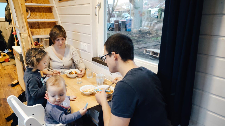 Mama, Papa und zwei Kinder sitzen beim Essen in einem kleinen Raum zusammen. (Foto: SWR)