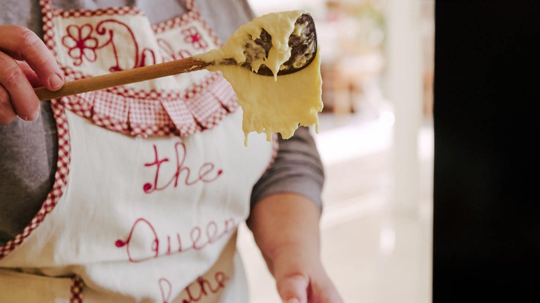 Daniela hält einen Kochlöffel mit Spätzleteig