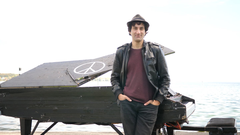 Davide Martello aus Konstanz kündigte seinen Job, um Straßenpianist zu werden (Foto: SWR)