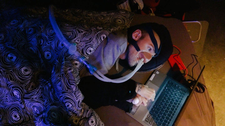 DJ Frank Key bedient einen Computer. (Foto: SWR)