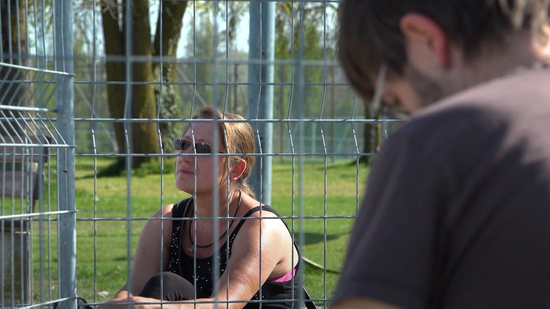 Even und Sandra am Grenzzaun (Foto: SWR)