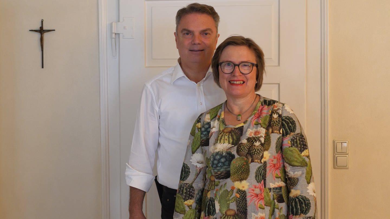 Porträtbild von Mann und Frau. Ehepaar, dass ihre Tochter durch Krebs verloren hat (Foto: SWR)