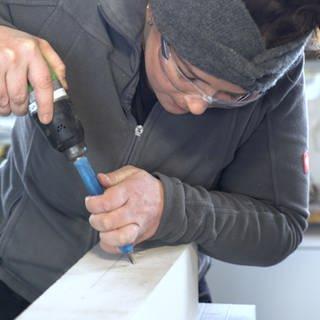 Frau arbeitet als Steinmetzin (Foto: SWR)