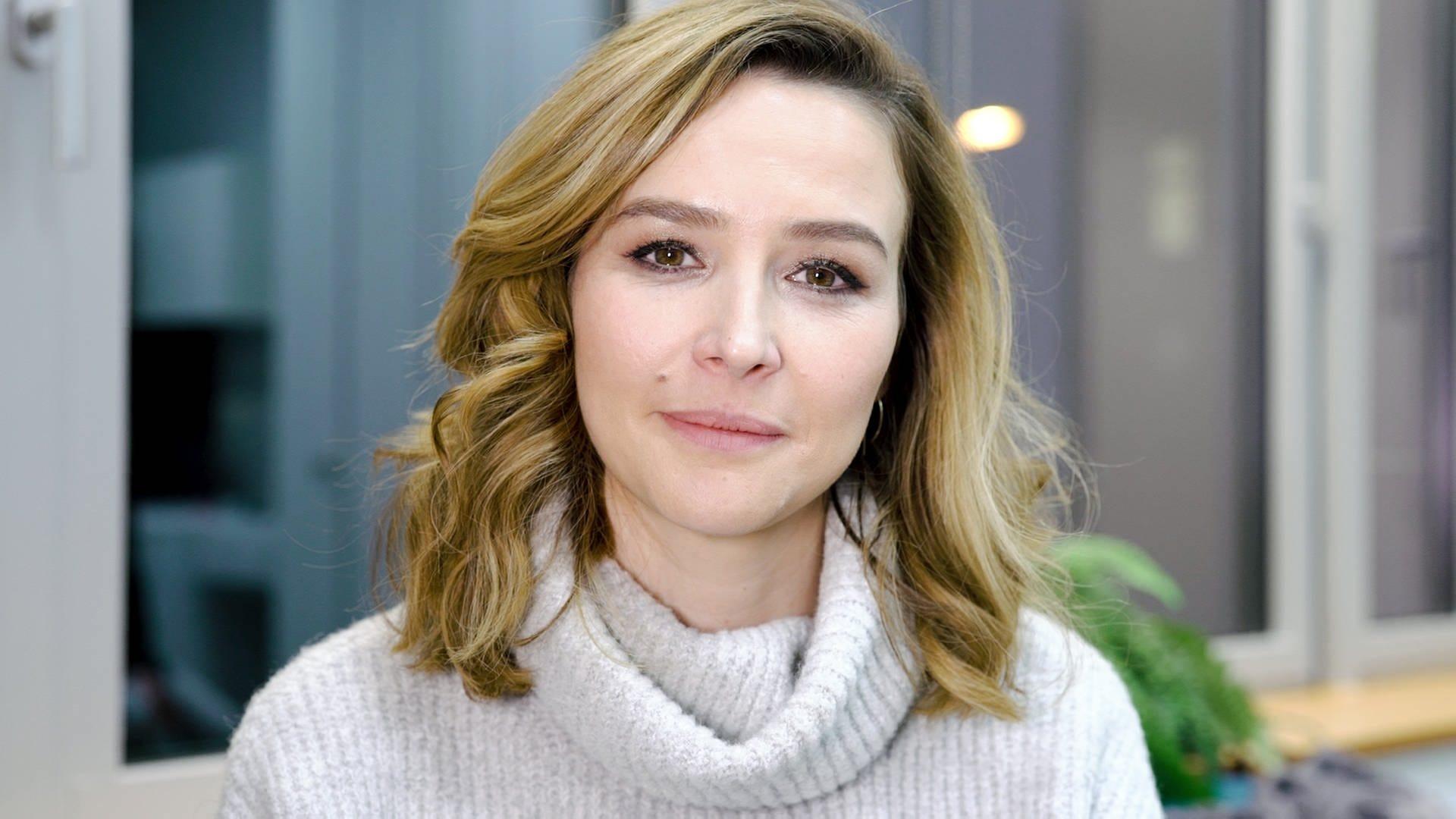 Die deutsche Moderatorin Katrin Bauerfeind in einem Strickpullover