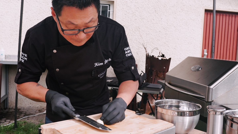 Koch Kim bei der Arbeit - hier wird werden keine Lebensmittel verschwendet (Foto: SWR)