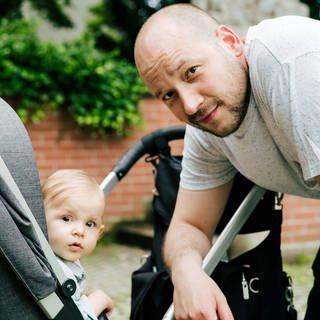 Mit dem Kind in Reutlingen unterwegs: Dimi und seine Tochter (Foto: SWR)