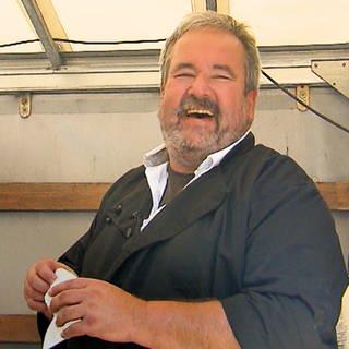 Lachender, älterer Mann auf einem Laster (Foto: SWR)