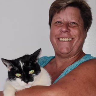 Andrea mit einer Katze auf dem Arm  (Foto: SWR)