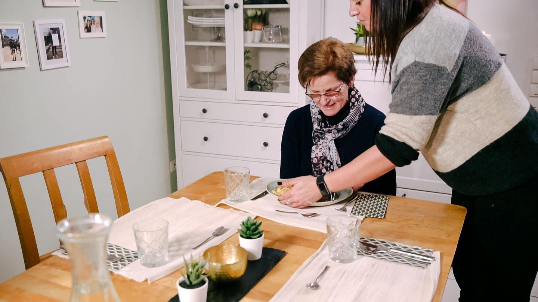 Enkelin Svenja stellt Oma Ursula das Essen auf den Tisch. (Foto: SWR)