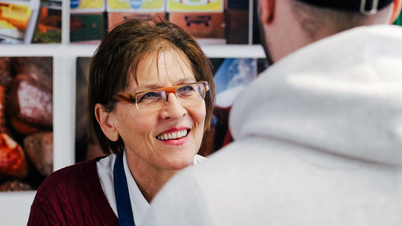 Ursula lächelt einen Kunden an (Foto: SWR)