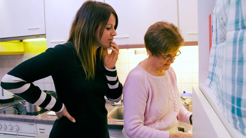 Svenja und Ursula stehen in der Küche (Foto: SWR)