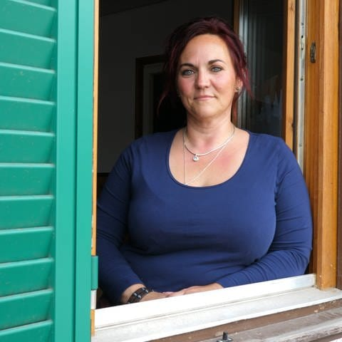 Sternenmama Andrea lehnt am Fenster (Foto: SWR)