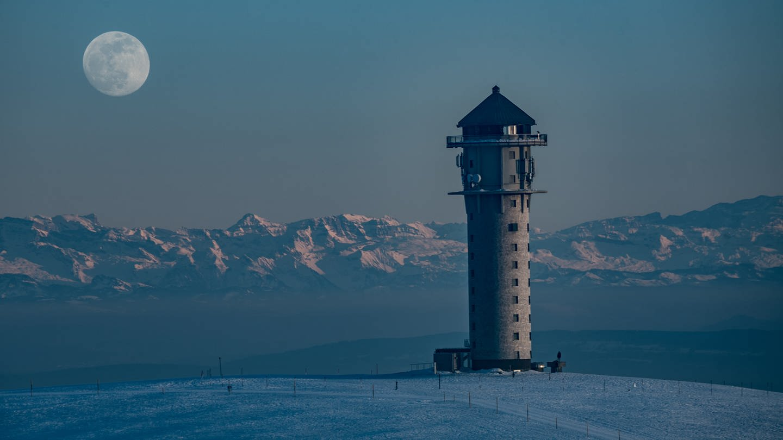 Feldbergturm bei Vollmond (Foto: SWR)