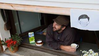 Hüttenwirt Andy schaut verträumt aus dem Fenster. (Foto: SWR)