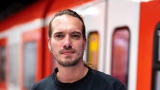 Mann steht vor S-Bahn (Foto: SWR)