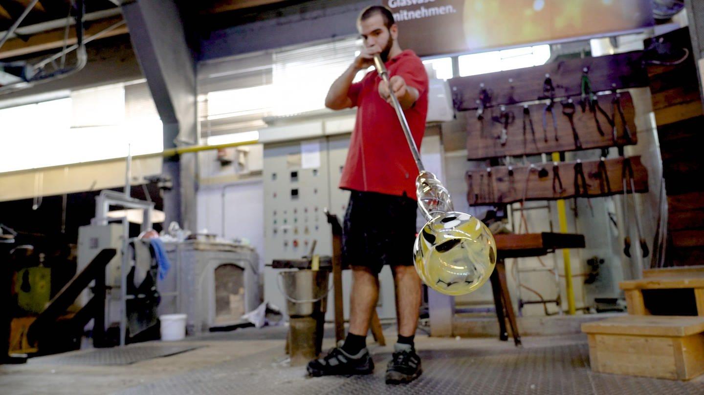 Angelo mit Glasbläserpfeiffe stellt eine Vase her (Foto: SWR)
