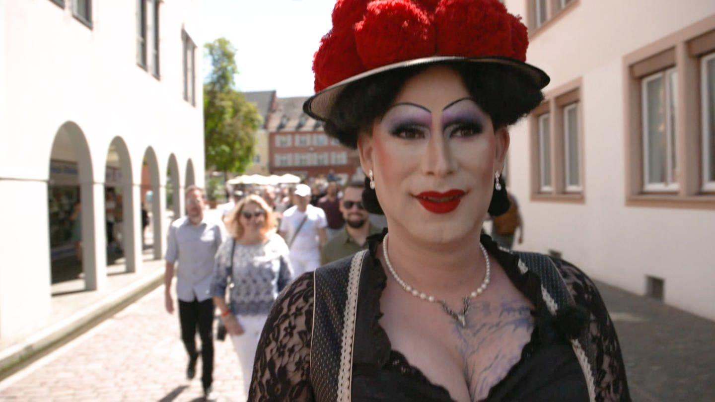 Dragqueen Betty BBQ zeigt mit Bollenhut, dass Heimat für alle da ist (Foto: SWR)